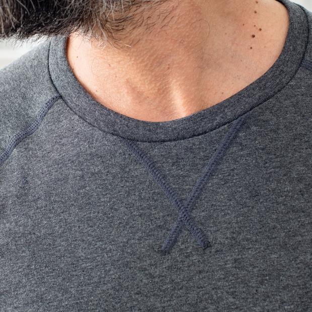 Graues Shirt mit Raglanärmeln