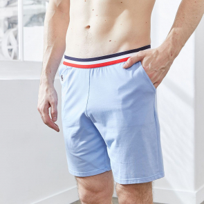 Hellblaue Shorts