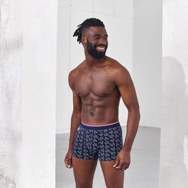 Quatro von bedruckten und einfarbigen kurzen Boxershorts aus Baumwolle